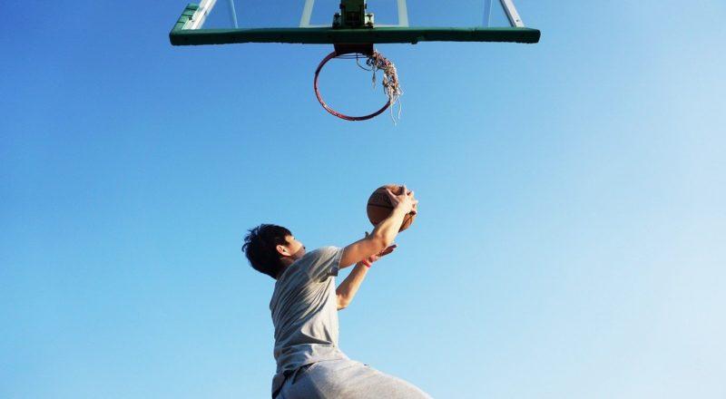 Ein thailändischer Junge wirft auf einen Basketballkorb