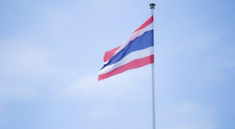 Thailand Flagge vor blauem Himmel